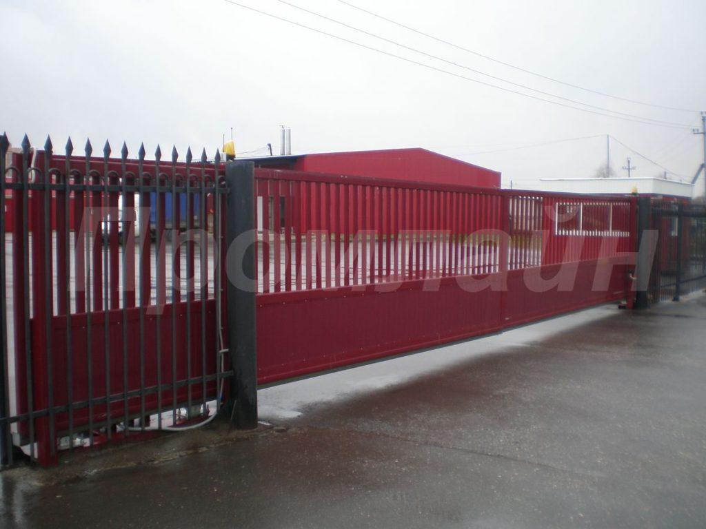 Автоматические сдвижные ворота из сэндвич панелей и решетки