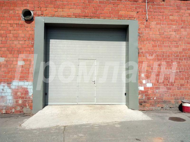 Секционные подъемные ворота с калиткой