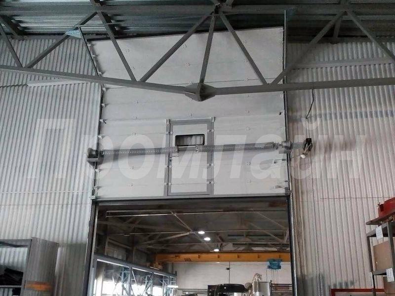 Промышленные секционные ворота Doorhan ISD01 со встроенной калиткой