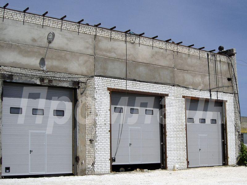 Автоматические промышленные подъемные ворота с калиткой и окнами