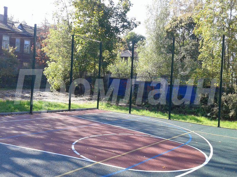 Ограждение баскетбольной площадки из сварной металлической сетки